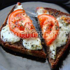 Бутерброды с помидором и моцареллой
