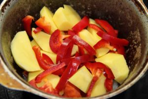 Говядина, тушеная с овощами
