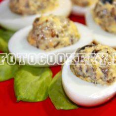 Яйца фаршированные грибами шампиньонами и луком