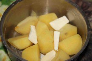 Отварной картофель с маслом и зеленью