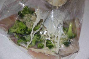 Рыба запеченная в сливочном соусе с травами и брокколи