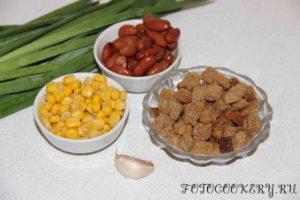 Салат с фасолью, кириешками и кукурузой