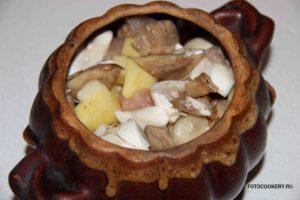 Горшочки с картофелем, курицей и лесными грибами