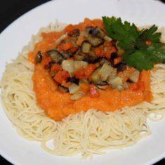 спагетти с овощным соусом и овощами