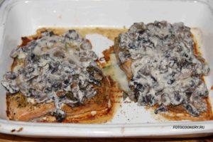 Горбуша под грибным соусом