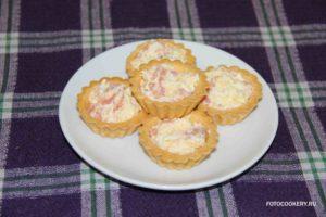 Тарталетки с красной рыбой, яйцом и сыром
