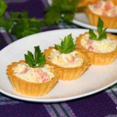 тарталетки с красной рыбой,яйцом и сыром
