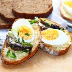 Бутерброды со шпротами, яйцом и огурцом