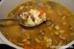 Сливочный суп с грибами и сельдереем