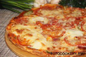 пицца с огурцами и охотничьими колбасками