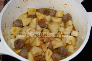 Картофель, тушеный с тефтелями