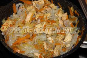 Лапша ширатаки с курицей и овощами