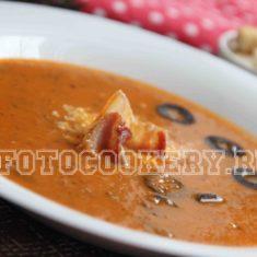 Томатный суп с беконом и оливками