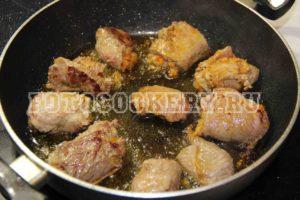 Мясные рулетики с начинкой в винном соусе