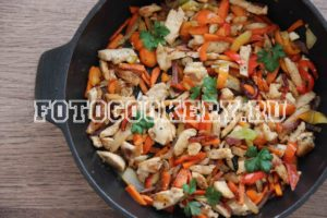 Курица, жареная с овощами на сковороде