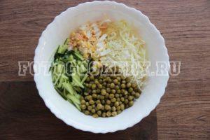 Салат из свежей капусты с огурцом и горошком