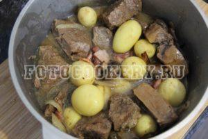 Жаркое с мясом, беконом и грибами