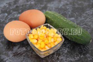 Салат с курицей, свежим огурцом и кукурузой