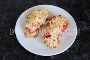 Тосты с сыром, помидором и базиликом