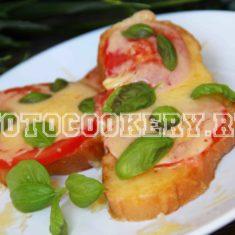 Бутерброды с сыром, помидором и базиликом