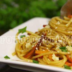 Острые спагетти с овощами и соевым соусом