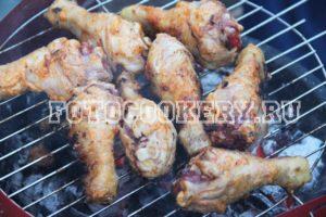 Куриные голени на решетке на мангале