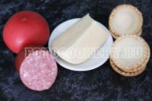 Тарталетки с колбасой и помидорами