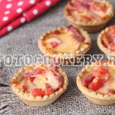 Тарталетки с колбасой и помидорами и сыром